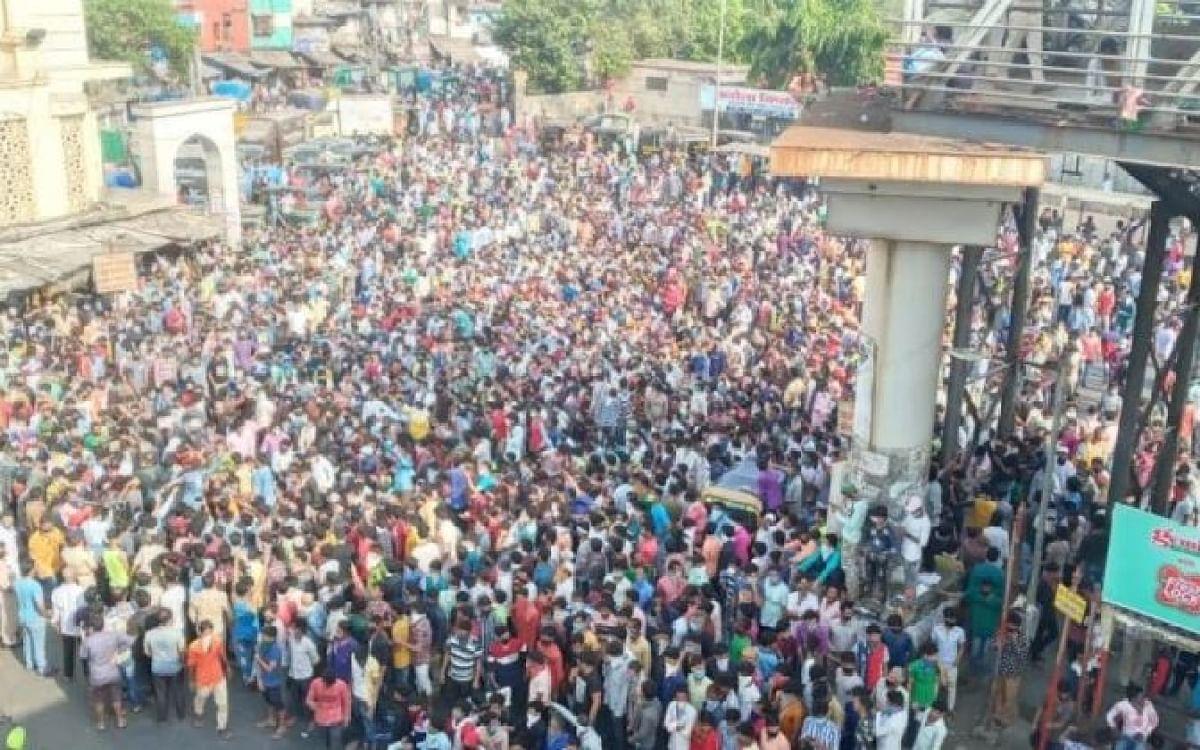 மும்பை பாந்த்ராவில் கூடிய புலம்பெயர் தொழிலாளர்கள்