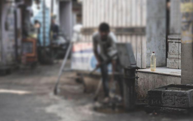 `கைப்பிடி இல்லாத வாளி!' - தூய்மைப் பணியாளரின் கண்ணீர்க் கதை #MyVikatan