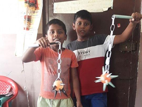 அட்டையில் டிராலி பேக், காகிதத்தில் ஆயுதம்! #KidsTalentCorner