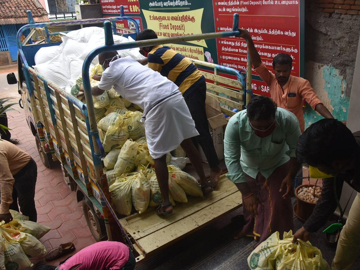 வீட்டுக்கு வீடு கொரோனா நிவாரணம்... சொந்த ஊரை நெகிழவைத்த சகோதரர்கள்!