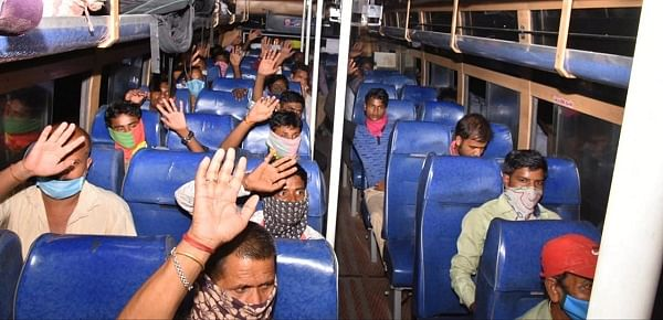 சமூக இடைவெளியுடன் பேருந்தில் வந்த தொழிலாளர்கள்