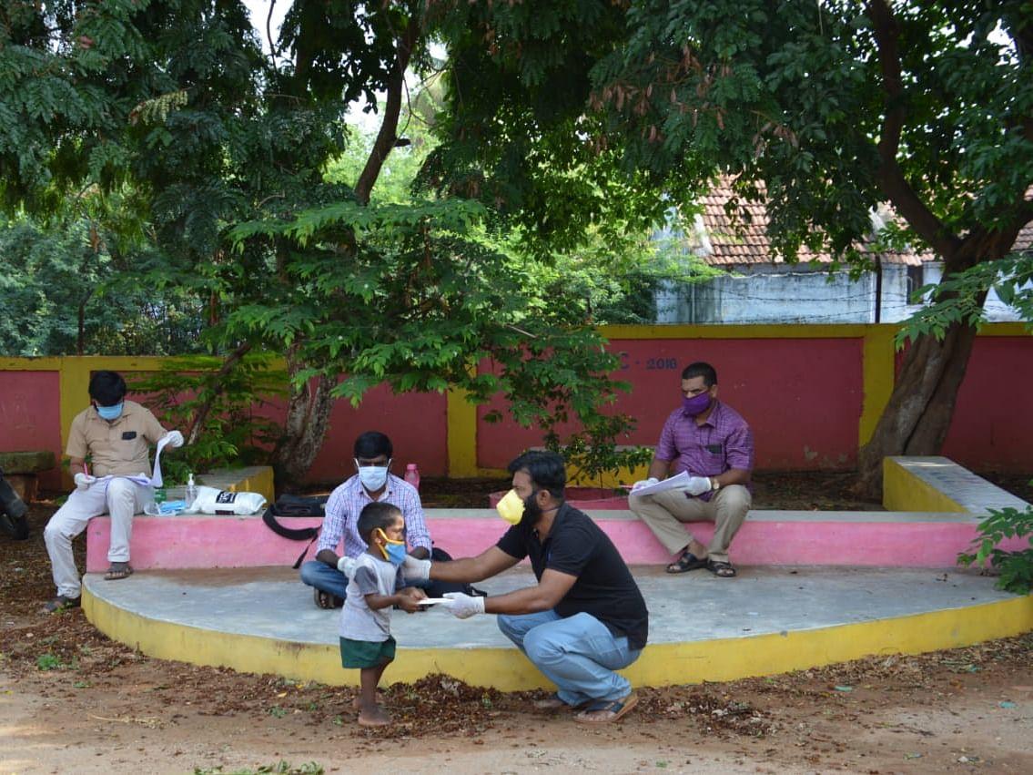 `ஃபேஸ்புக் நண்பர்கள் மூலம் 300 மாணவர்களுக்கு உதவி!' - அசத்திய கோவை அரசுப்பள்ளி ஆசிரியர்