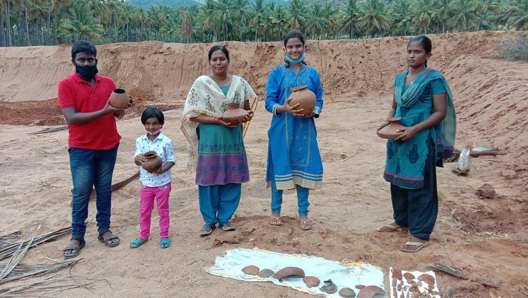 பழங்கால பானைகளுடன், நில உரிமையாளர்கள்.
