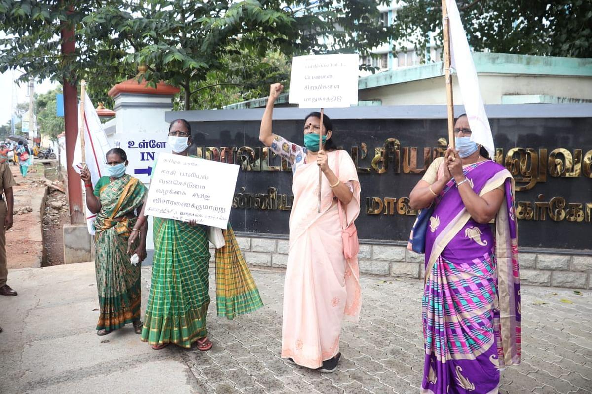 கலெக்டர் அலுவலகம் முன் போராட்டம் நடத்திய மாதர்சங்கத்தினர்