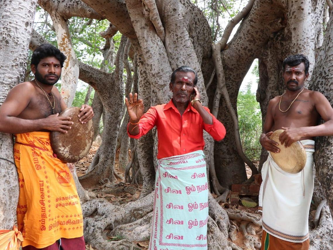 `கொடுத்த அட்வான்ஸைத் திருப்பிக் கேட்குறாங்க!' - நின்றுபோன திருவிழாக்களால் கலங்கும் கணியான் கலைஞர்கள்