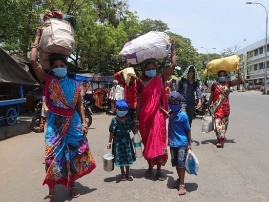நெடுஞ்சாலைகளைக் கடக்கும் புலம்பெயர் பெண் தொழிலாளர்களின் மாதவிடாய் துயரங்கள்! #MenstrualHygieneDay
