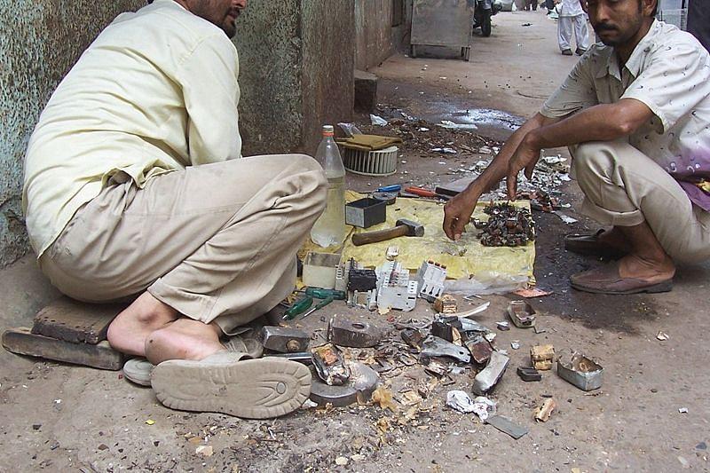 டெல்லியில் வெறும் கையில் மின் கழிவைக் கையாளும் தொழிலாளர்கள்