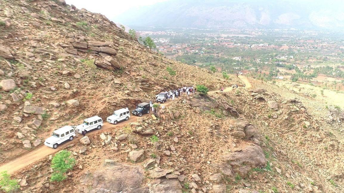 நெக்னா மலையில் போடப்பட்டுள்ள புதிய சாலை