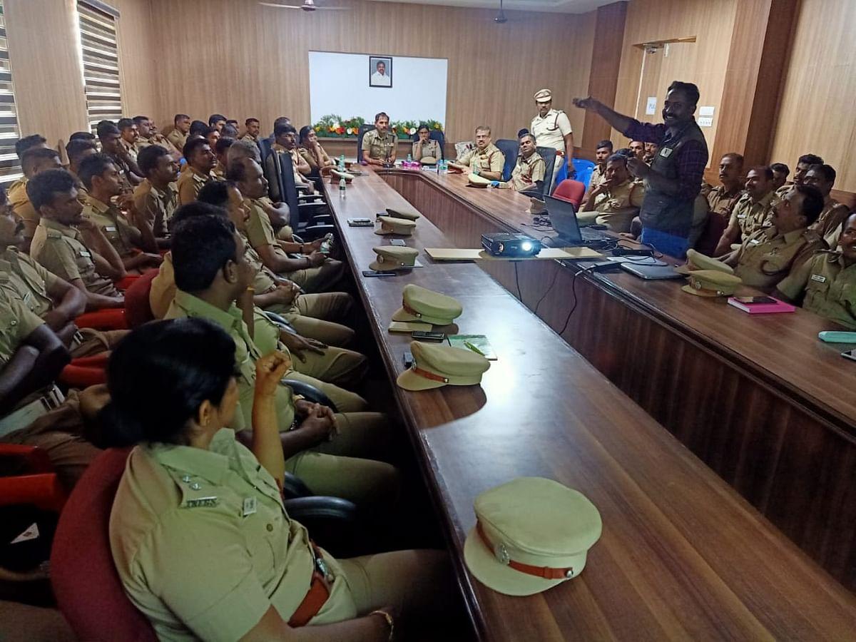 காவல்துறை அதிகாரிகளுக்குப் பயிற்சியளிக்கும் ராபின்