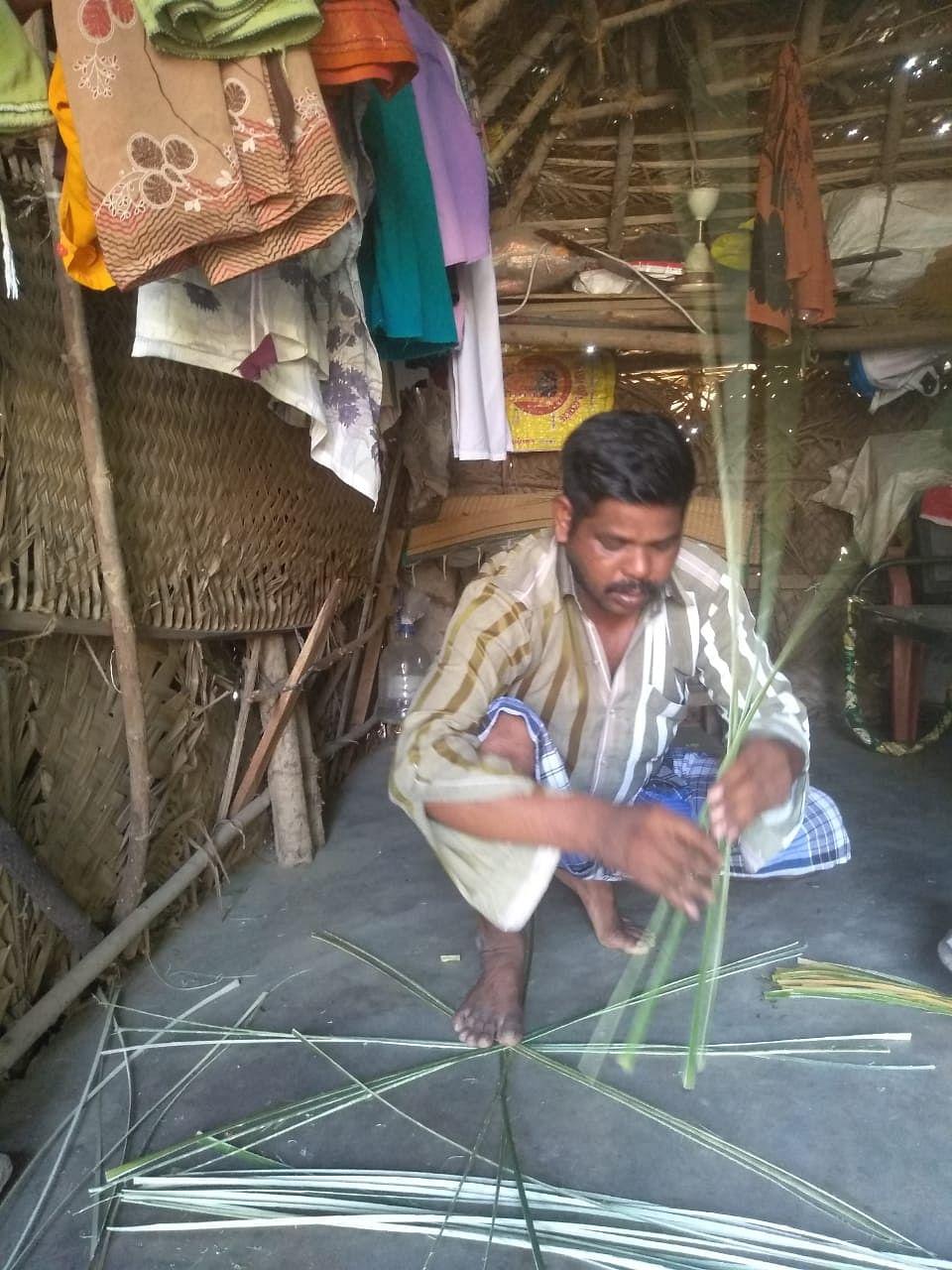 லாக்டெளனால் கூடை பின்னும் தொழிலாளியாக மாறிய வக்கீல்