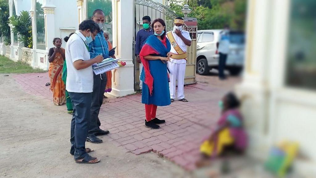 முதியவர்களை நெகிழ வைத்த மாவட்ட ஆட்சியர்