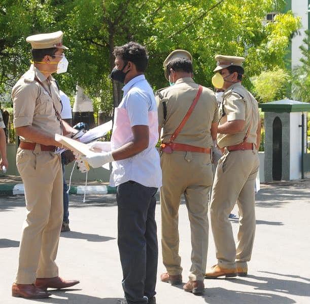 நீதிமன்றம் வந்த  தூத்துக்குடி மாவட்ட காவல்துறை அதிகாரிகள்
