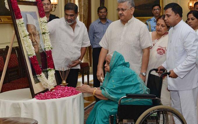 கொரோனா: 93 வயதில் நம்பிக்கையால் மீண்ட முன்னாள் குடியரசுத் தலைவரின் மனைவி