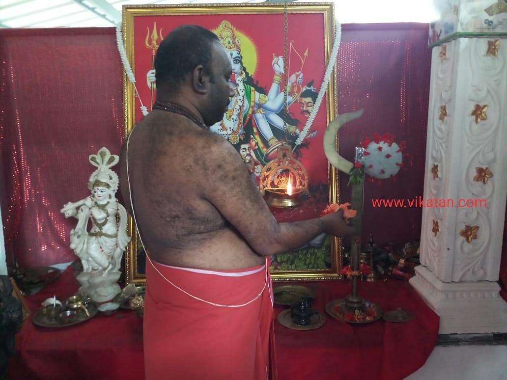 கொரோனா தேவிக்கு பூஜை செய்யும் அனிலன் நம்பூதிரி