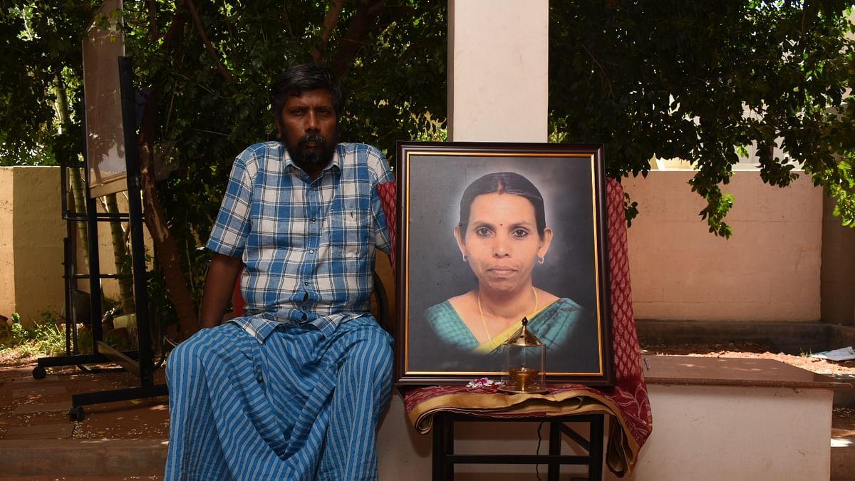 மனைவி படத்துடன் மருத்துவர் ரமேஷ் ஷோபனா