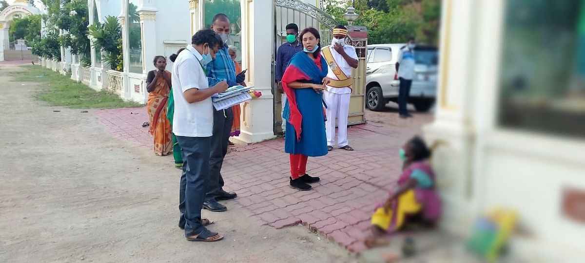 `உதவித்தொகை மட்டும் கிடைச்சா காலத்தை கழிச்சிருவோம்..!' - முதியவர்களை நெகிழ வைத்த மாவட்ட ஆட்சியர்