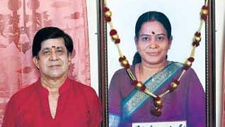 மனைவி படத்துடன் வரதராஜன்