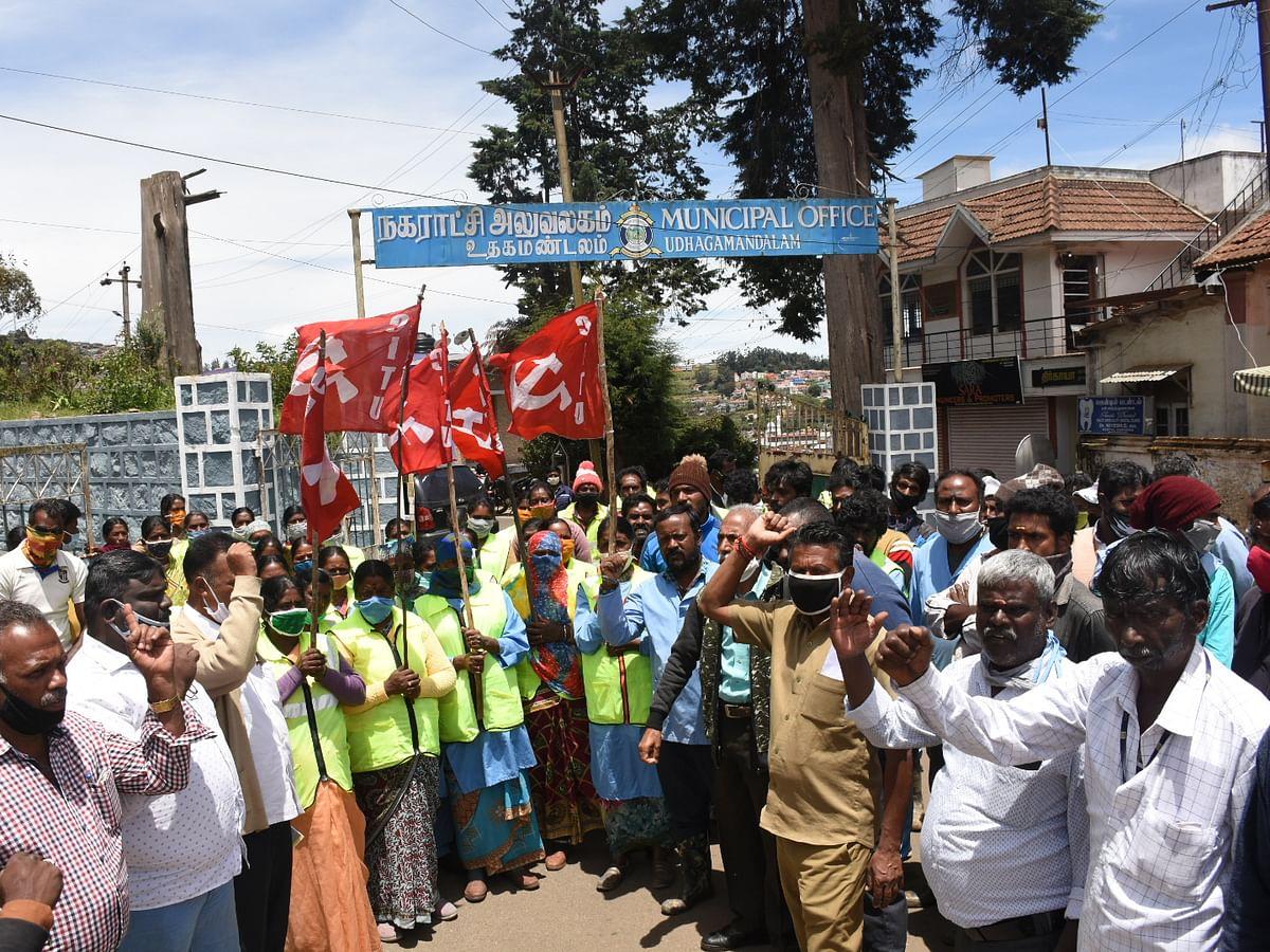 `செஞ்ச வேலையிலும் 150 ரூபாய் கூலி குறைப்பு..' -  கலங்கும் ஊட்டி தூய்மைப் பணியாளர்கள்