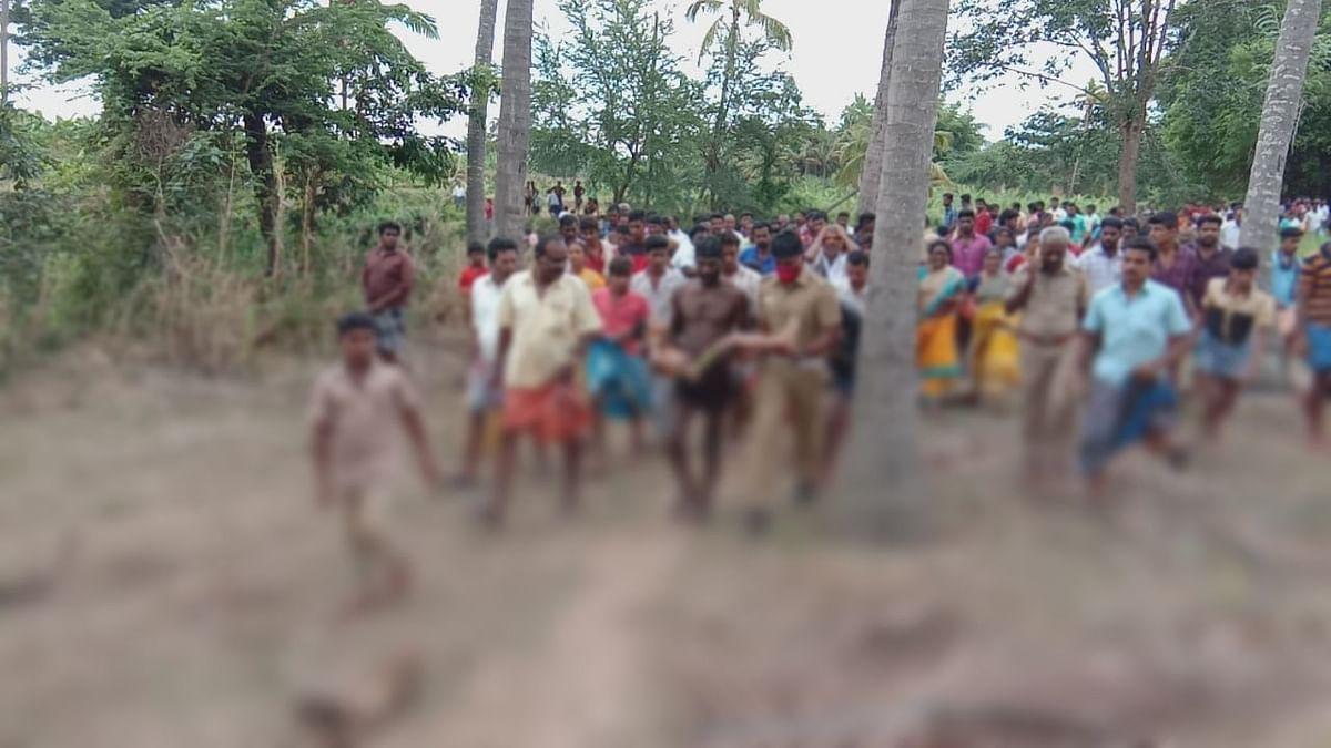 சுதீஸின் உடலை மீட்டுக் கொண்டுவரும் தீயணைப்பு வீரர்கள்