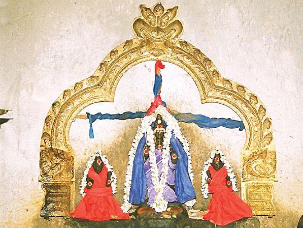 குடும்ப சமேதராக ஸ்ரீசனிபகவான், அவரை வணங்கும் தசரதர்
