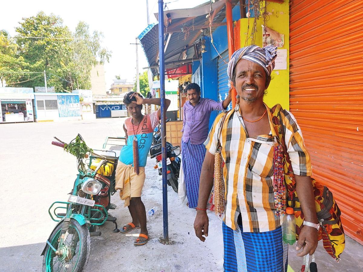 கரூர்: `6 குழந்தைகளுக்கும் சரியா சாப்பாடு போட முடியல!' - நாடோடி மனிதரின் துயரம்