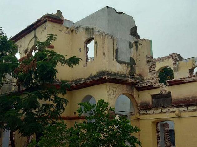 கரூர்: `117 வருட கட்டடத்தை இடிச்சுட்டாங்க!' - கமிஷனுக்காக செய்தாரா நகராட்சி கமிஷனர்?