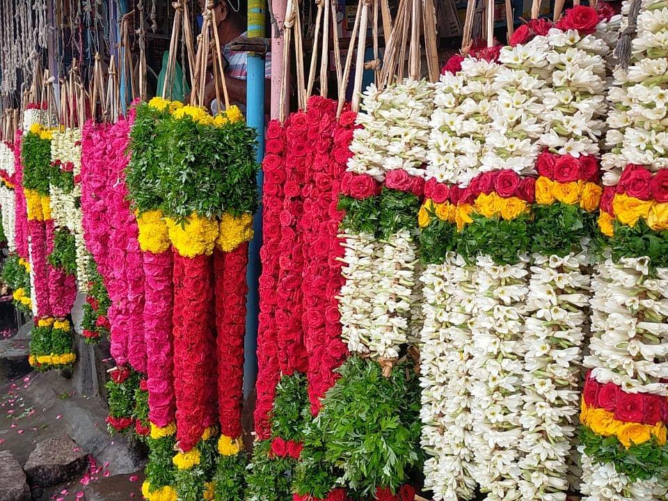மதுரை: `மாலைக்கு 10 ரூபாய் கிடைக்கும்... இப்ப அதுவும் போச்சு' -கலங்கும் பூ வியாபாரிகள்