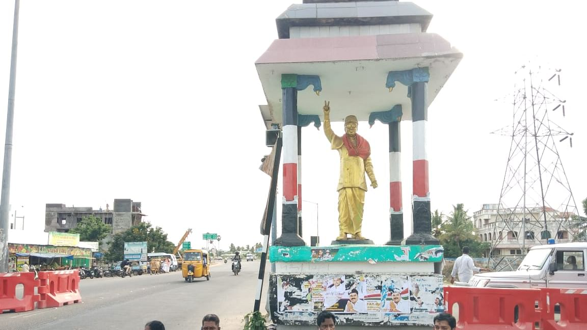 புதுச்சேரி எம்.ஜி.ஆர் சிலை