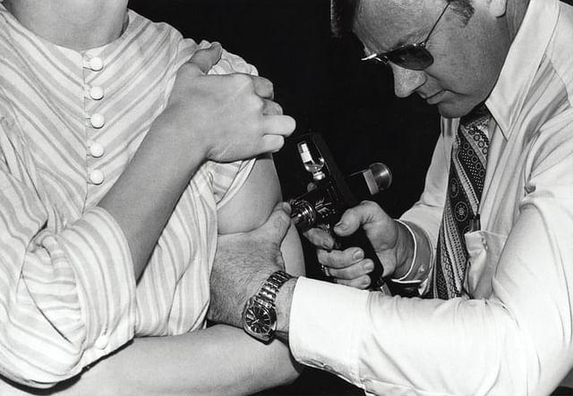 1976-ம் ஆண்டு, இளைஞர் ஒருவருக்கு பன்றிக்காய்ச்சல் தடுப்பு மருந்து செலுத்திய வரலாற்று ஒளிப்படம்
