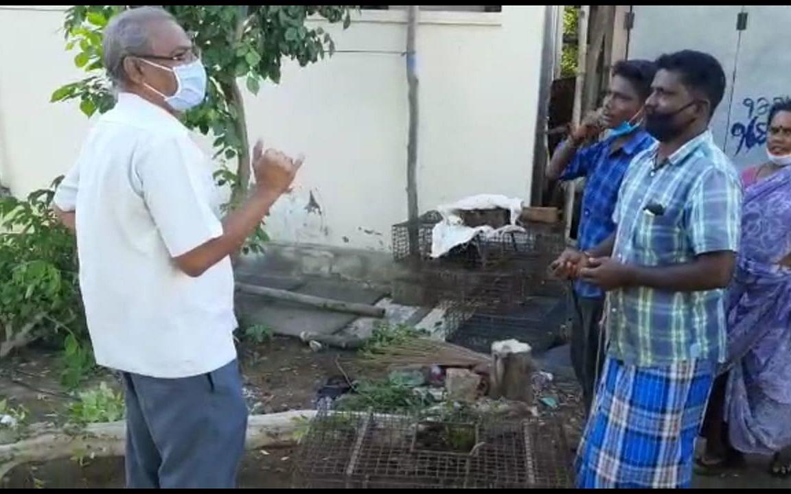 கரூர்: `பழ மரத்தால் கொரோனா பரவுது!' - கோழிக் கடைக்காரரை எச்சரித்த ஆணையர்
