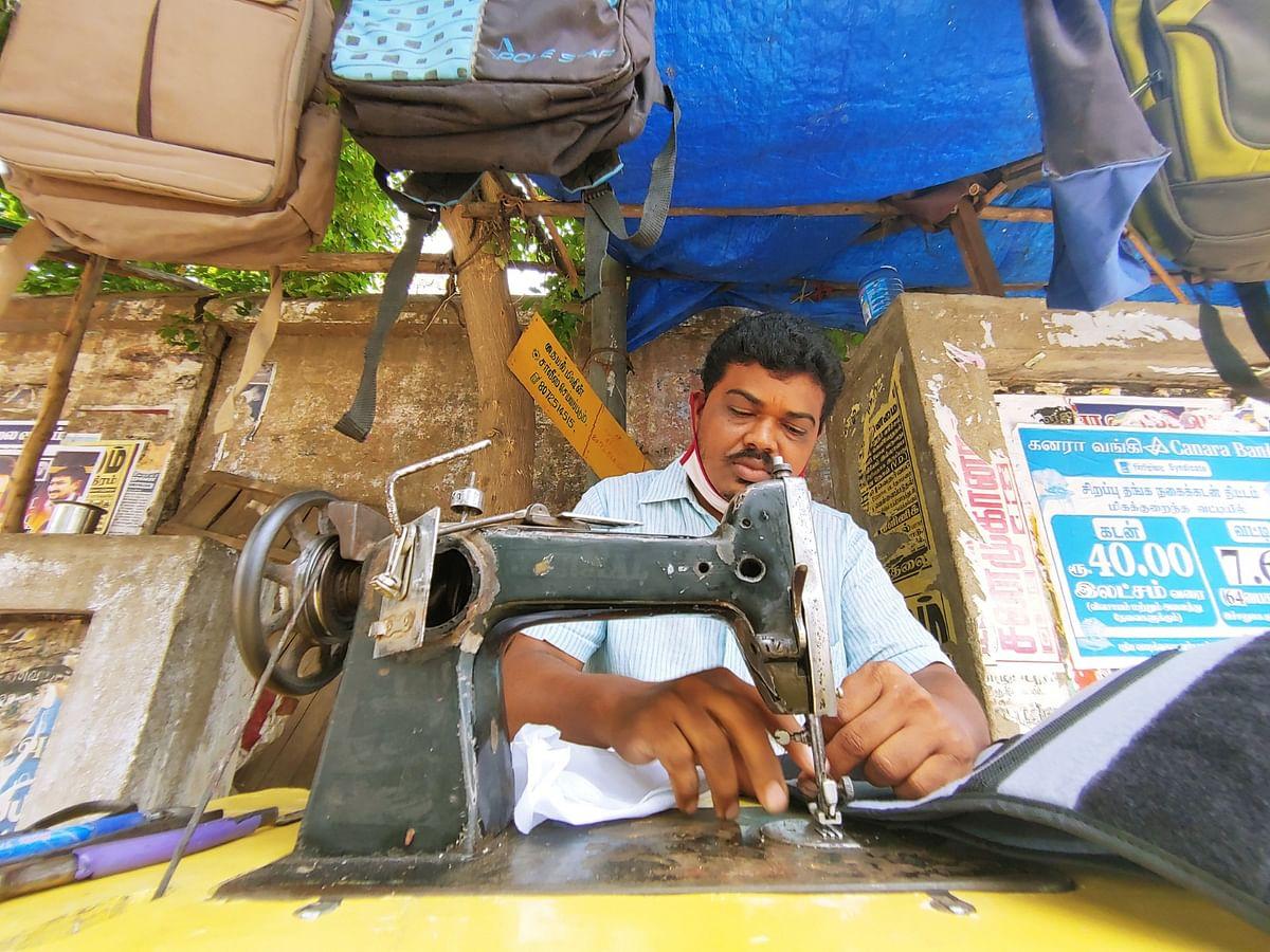 கரூர்:`நாலு மாசமா பொழப்பு காத்தாடுது!' - கலங்கும் குளித்தலை டெய்லர்