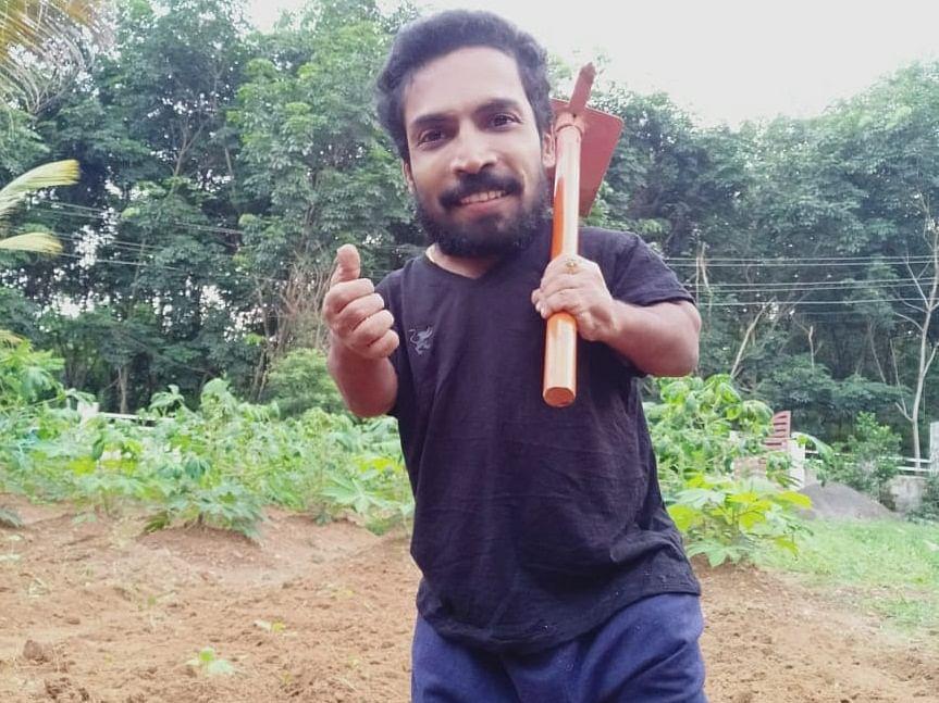 நடிகர் கம் இயற்கை விவசாயி பக்ரூ... 15 சென்ட் தோட்டத்தில் நிறைய பழ மரங்கள்!