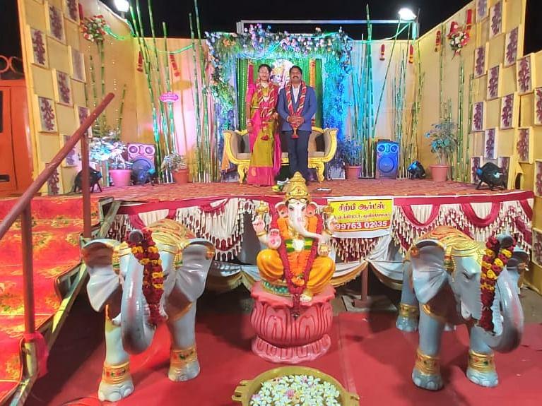 திருப்பூர்: `மண்டபத்துக்கு ஆகும் செலவில் கால்வாசிதான்!' - லாரியை மணமேடையாக்கிய இளைஞர்