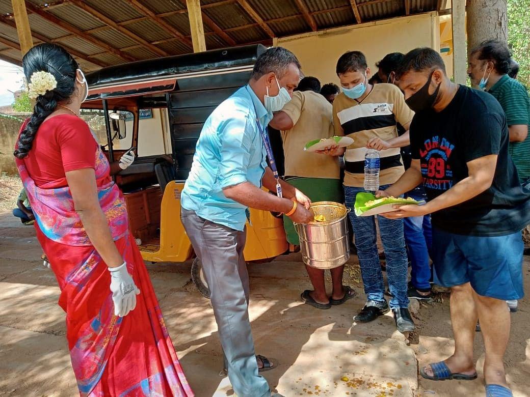 `கேரளா டு தமிழகம்!' - சொந்த ஊர்களுக்கு அனுப்பி வைக்கும் தேனி நிர்வாகம்