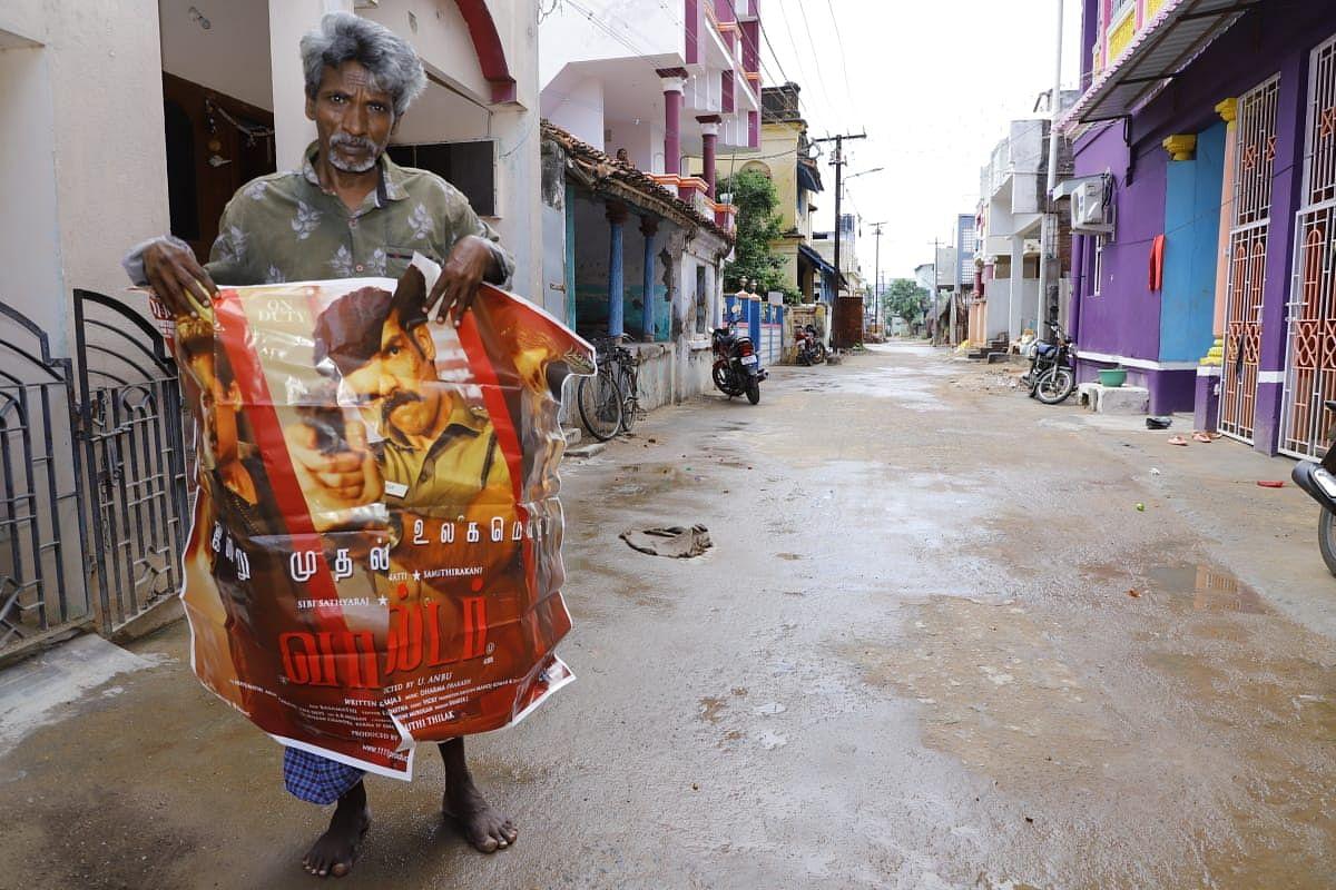 தியேட்டரில் சினிமா போஸ்டர் ஒட்டும் வேலை செய்த ராஜசேகரன்