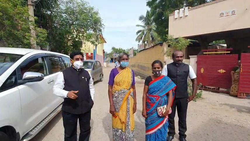 வழக்கறிஞர்களுடன் மகேந்திரனின் தாயார், சகோதரி