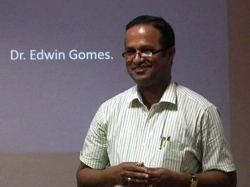 கொரோனா: கோவா மருத்துவரின் `கட்டிப்பிடி வைத்தியம்' - என்ன காரணம்?