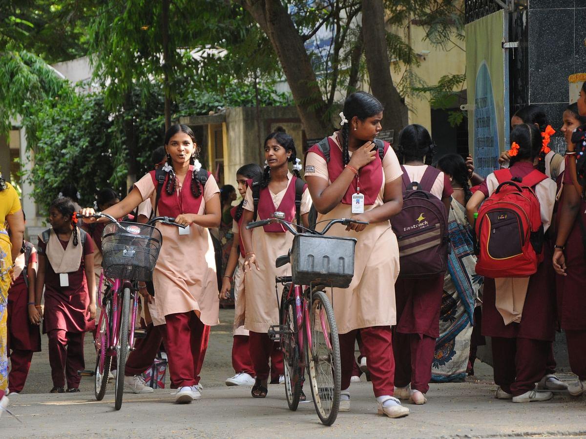 `ஒரு ரெக்கார்ட் நோட் ₹3700... கலங்கும் பெற்றோர்' - நீதிமன்ற உத்தரவால் பணம் கறக்கும் பள்ளிகள்