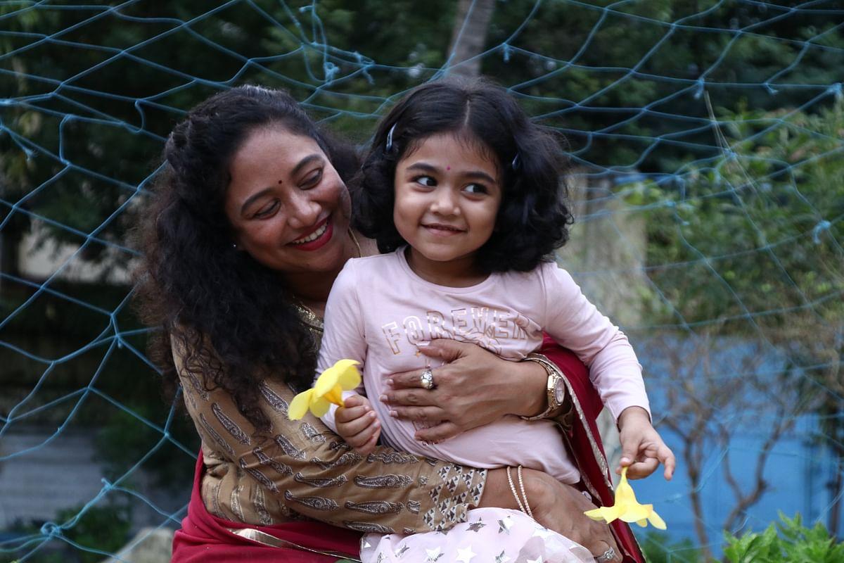 மகளுடன் லலிதா ஷோபி