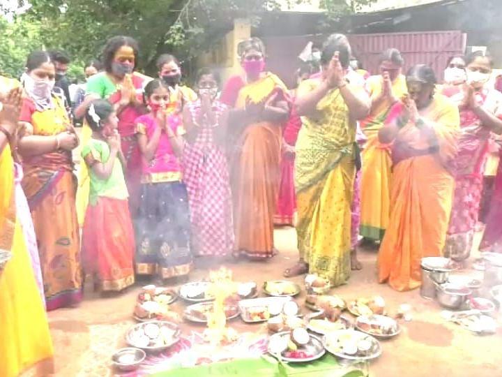 வேலூர்: கொரோனா ஒழிய கோழியை பலி கொடுத்து...! - நடுவீதியில் பூஜை செய்த பெண்கள்