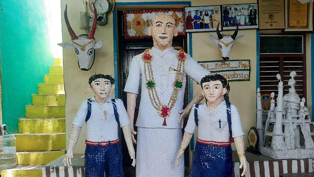 பள்ளிக் குழந்தைகளுடன் காமராசர்