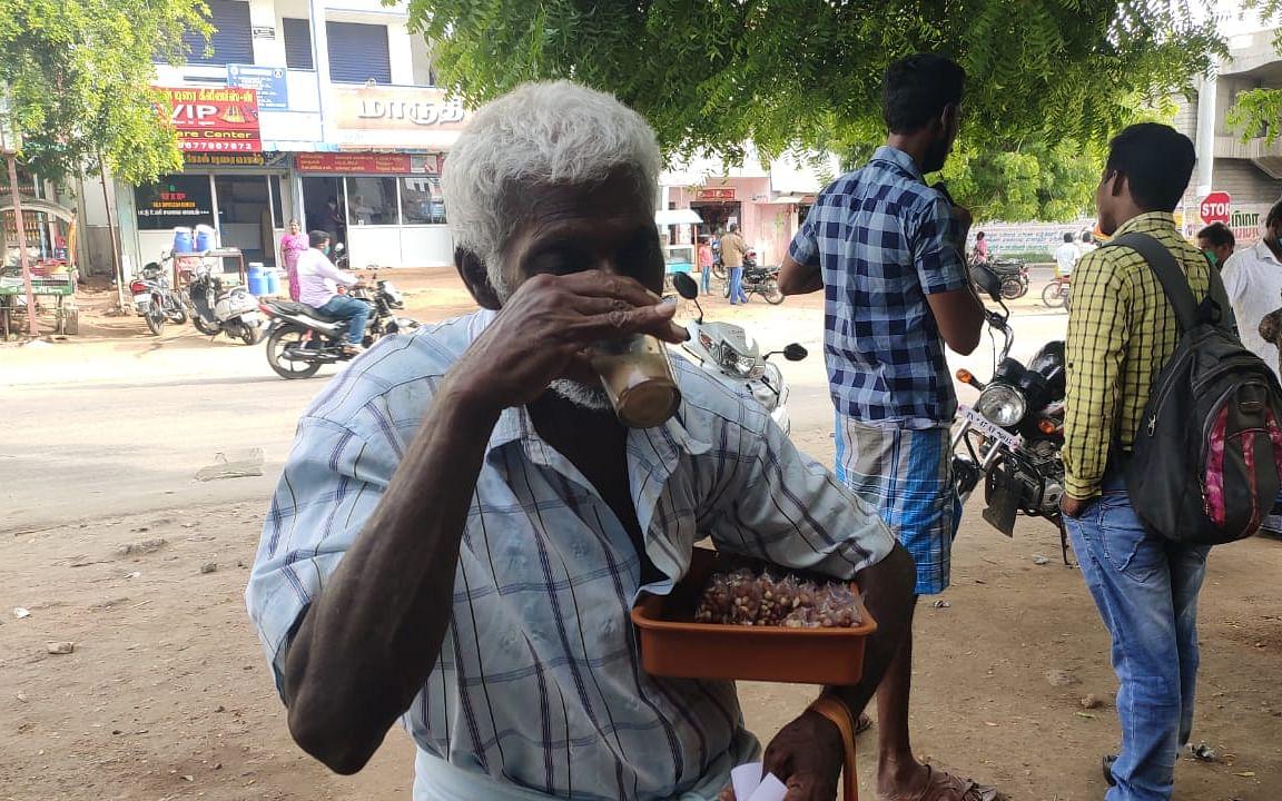 கரூர்: `பலவேளைகள்ல டீதான் மதியசாப்பாடு!' - கலங்கும் கடலை விற்கும் பெரியவர்