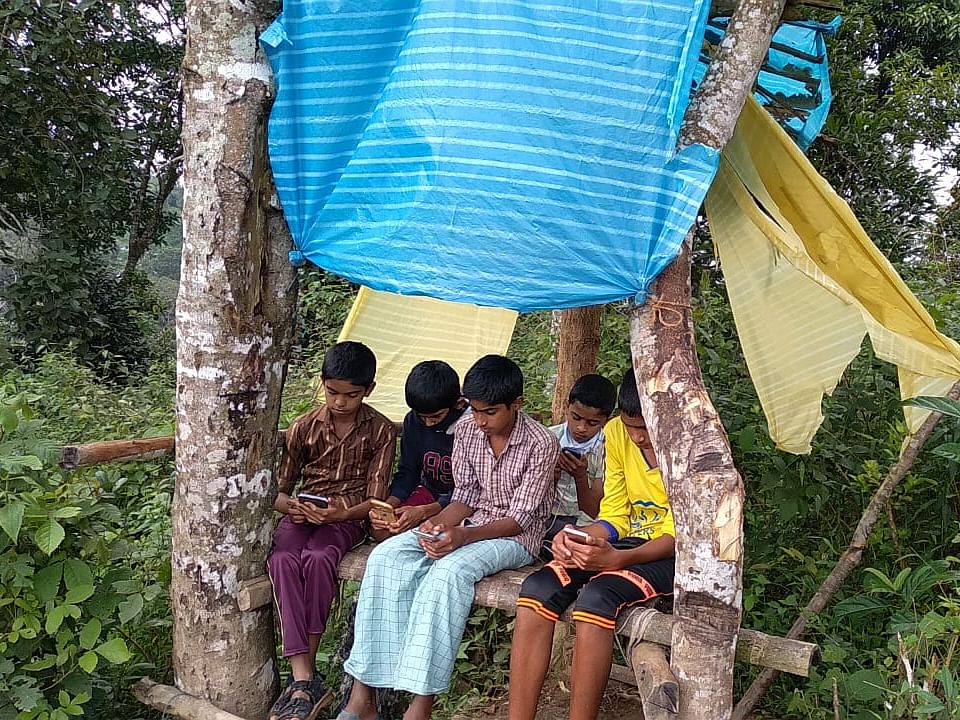 `மொபைல் சிக்னலுக்கே மாணவியின் 5 கி.மீ பயணம்; பின் ஆன்லைன் வகுப்பு!'- இதுவும் `டிஜிட்டல் இந்தியா'தான்