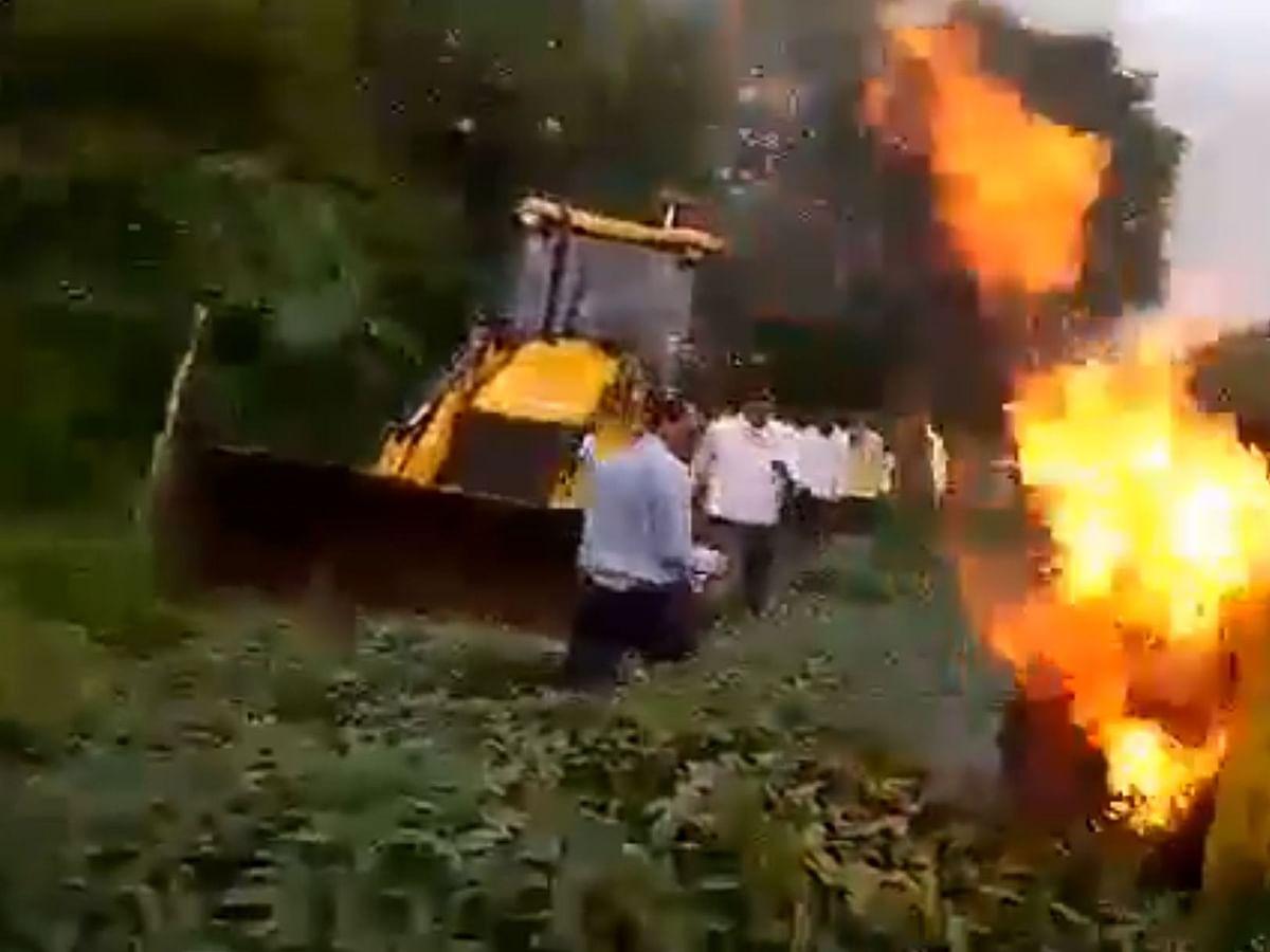 ம.பி அதிர்ச்சி: `பயிர்களை அழிக்க வந்த அதிகாரிகள்!' - தீ வைத்துக்கொண்ட பெண்