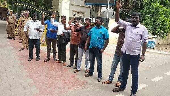 கூடுதல் நிவாரணம் கோரி போராடும் அமைப்பினர்