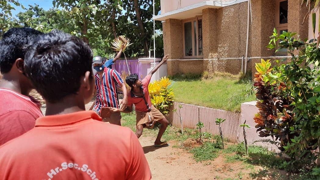 போராட்டத்தின்போது மருத்துவமனை மீது கல்வீசிய இளைஞர்கள்