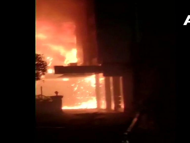 ஆந்திரா : `கொரோனா நோயாளிகள் தங்க வைக்கப்பட்டிருந்த ஹோட்டலில் திடீர் தீ' - 9 பேர் பலி