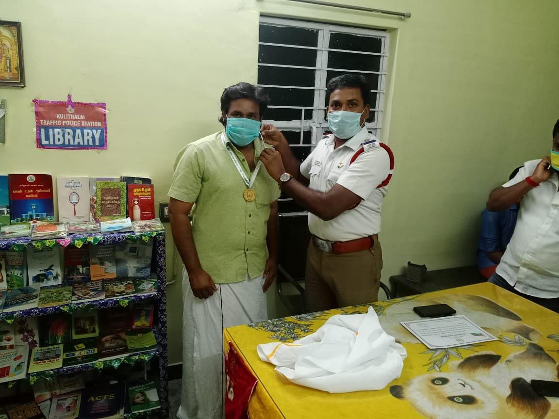 கரூர்: `இந்தப் பதக்கம் உங்களால்தான் கிடைத்தது!' - இளைஞர்களை நெகிழ வைத்த டிராஃபிக் இன்ஸ்பெக்டர்