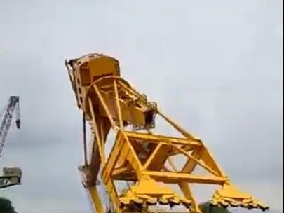 விசாகப்பட்டினம்: `சோதனை முயற்சி;  70 டன் எடை!' - பிரமாண்ட கிரேன் சரிந்ததில் 11 பேர் பலி