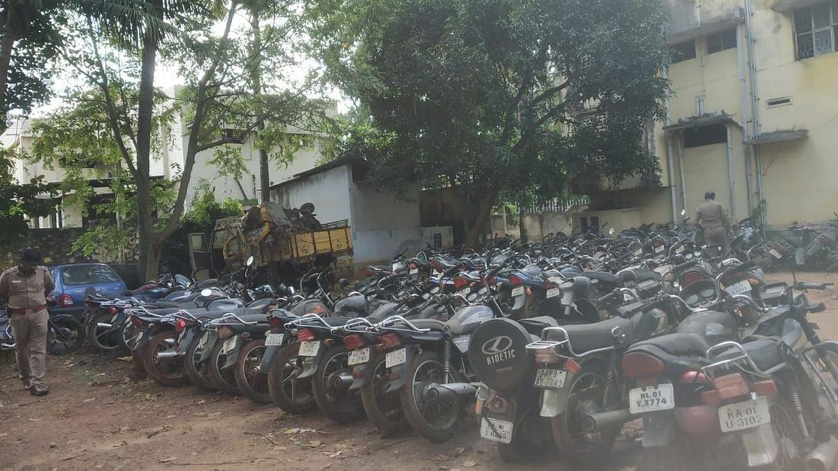மார்த்தாண்டம் காவல் நிலையத்தில் உள்ள பைக்குகள்